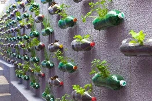 Di plastica colorata delle bottiglie stesse, per dare un pò più di