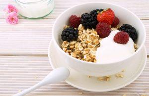 Prima colazione nutriente, muesli e frutta