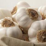 Perché fa bene mangiare aglio crudo e alcuni trucchi per salvaguardare l'alito