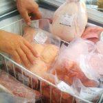 Polli gonfiati con acqua per aumentare di peso e guadagnare di più