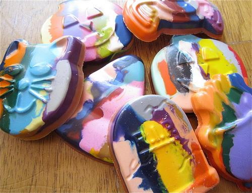 http://jenniferperkins.com/2010/10/i-love-to-create-halloween-goody-bags-with-crayon-cupcakes/