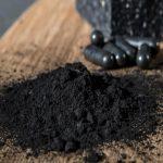 Carbone vegetale e pancia gonfia: benefici, usi e controindicazioni