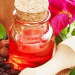 Olio di rosa mosqueta: come adoperarlo su viso, capelli e corpo