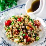 Come realizzare una fresca insalata di farro, verdure e curcuma