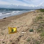 Spiagge sommerse dai rifiuti: soprattutto plastica, cotton fioc e mozziconi