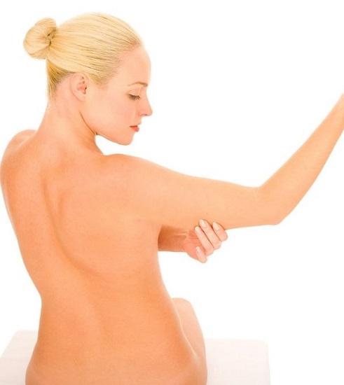 Come rassodare le braccia con esercizi e rimedi naturali
