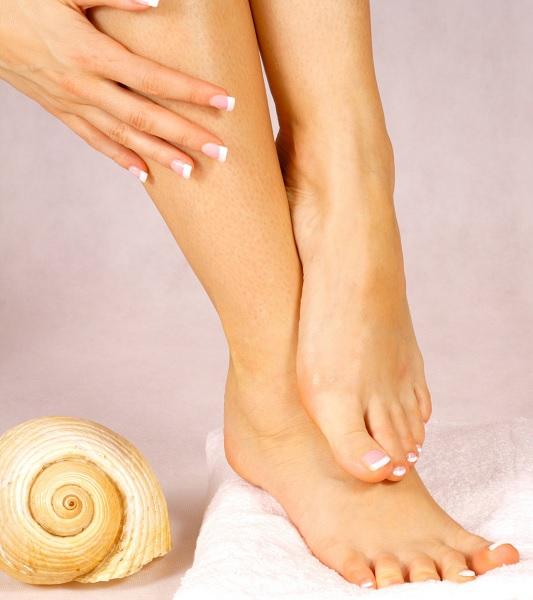 Come alleggerire gambe e caviglie gonfie con accorgimenti e rimedi naturali