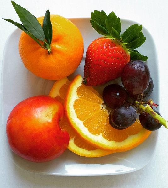 Volete eliminare i pesticidi nella frutta? Lavare e sbucciare non basta