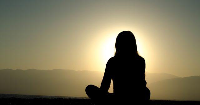Come riattivare la ghiandola pineale: tra i consigli yoga della risate ed esposizione al sole