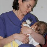 Infermiera israeliana allatta bimbo palestinese