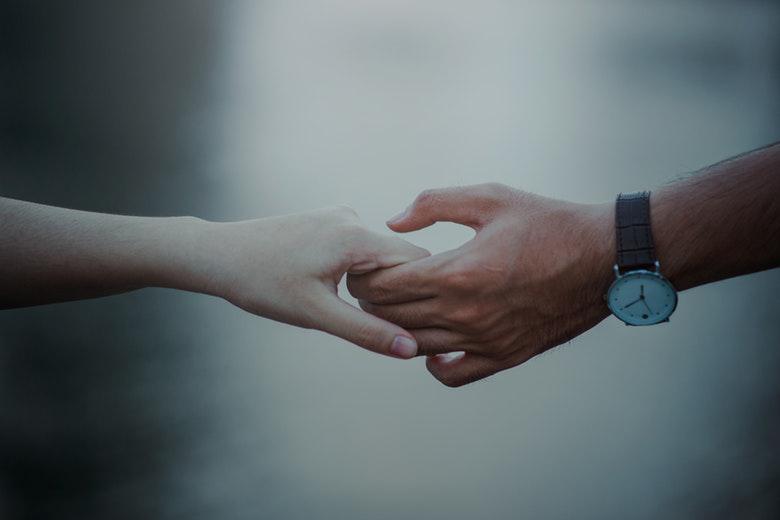 Tenersi per mano è il miglior antidolorifico naturale: lo dicono gli