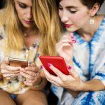 Usare lo smartphone a tavola ti rende infelice