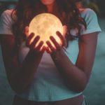 Calendario lunare e capelli: ecco come la Luna influenza la crescita della tua chioma e come sfruttarla per tagli e piega