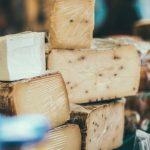 Formaggio al tartufo contaminato e glutine non segnalato: gli ultimi richiami alimentari