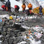 Everest, una montagna di spazzatura: 8,5 tonnellate di rifiuti lasciate dai turisti