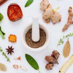 Spezie utili che aiutano la salute: curcuma, cannella, timo, origano e rosmarino
